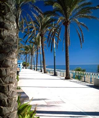 El Paseo Marítimo de Marbella es único para pasear en un entorno incomparable.