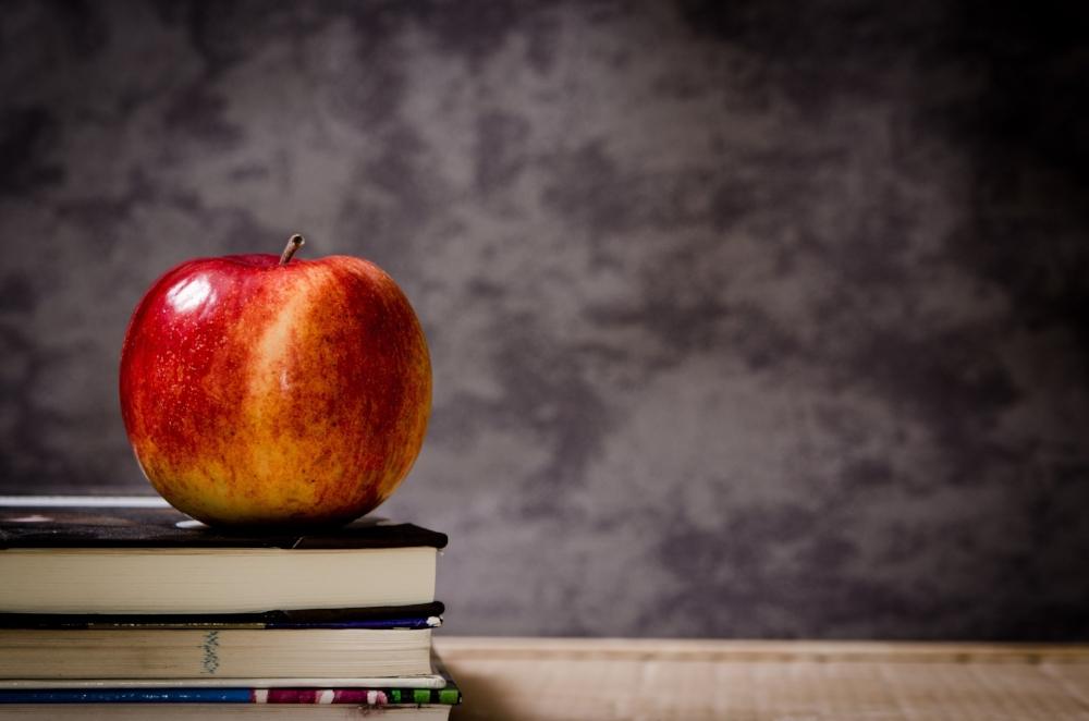 Books and Apple | Photo by  Jarmoluk