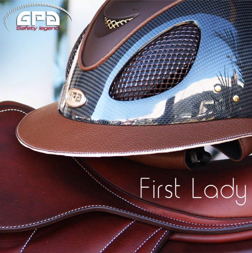 Modèle First Lady - Calotte carbone, visière cuir cognac et crème, aérateurs chocolat et or.