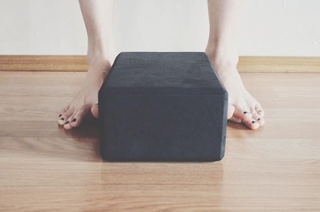 What do your feet have to do with having healthy + happy hips? Surprisingly a lot. ⠀⠀ If you are having knee, ankle, hip, back pain, we want to look at the strength of your feet, the alignment of your feet, and the relationship between your pelvis and your feet. ⠀⠀ If you wear heels a lot, very likely your pelvis is hanging out way in front of your heels. Tonight in class we are going to explore LOTS of standing balance postures that will help us take some pressure out of the corners of our pelvis, and strengthen the tiny musculature in our feet and hips to better support our standing, plus we will do a whole mess of juicy hip softening + opening postures. ⠀⠀ If you love learning about the hows and why's, this class is for you. 530-630 pm at @yoga_goodness ⠀⠀ Your hips will be smart AND happy. ⠀⠀ OMSHANTI. ⠀⠀ #yogaeveryday #wakeup #knowbetter #omshanti #bemindful #ganesha #namaslay #education #empowerment #healthyself #yogaeverywhere #yogisofinstagram #yogalife #beingboss #mindfulness #girlbosses #yogalove #yogateachertraining #highvibes #spiritualgangster #metta #dailypractice