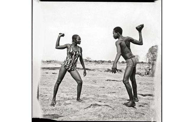 Combat des amis avec pierres au bord du Niger (1976)