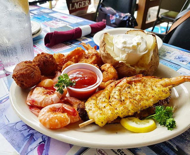 Perfectly-seasoned catfish + grilled + boiled + breaded fried shrimps + hush puppies + loaded baked potato make a good #MondayMotivation 👌👌👌 Our 3rd day in @hotsprings_diamondlakes trip was spent petting alligators, feeding dark belly goats, eating cajun food, and strolling around downtown Hot Springs 💦 Can't wait to put the vlog together and share it tonight 🎉 #diamondlakes #hosted #mozdebtravels