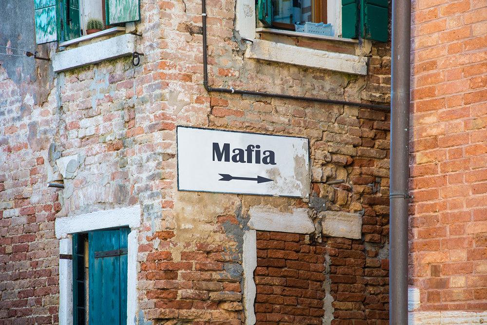 È in un territorio fortemente permeato dal crimine organizzato che è andato in scena quello che è stato definito l' affare del secolo .