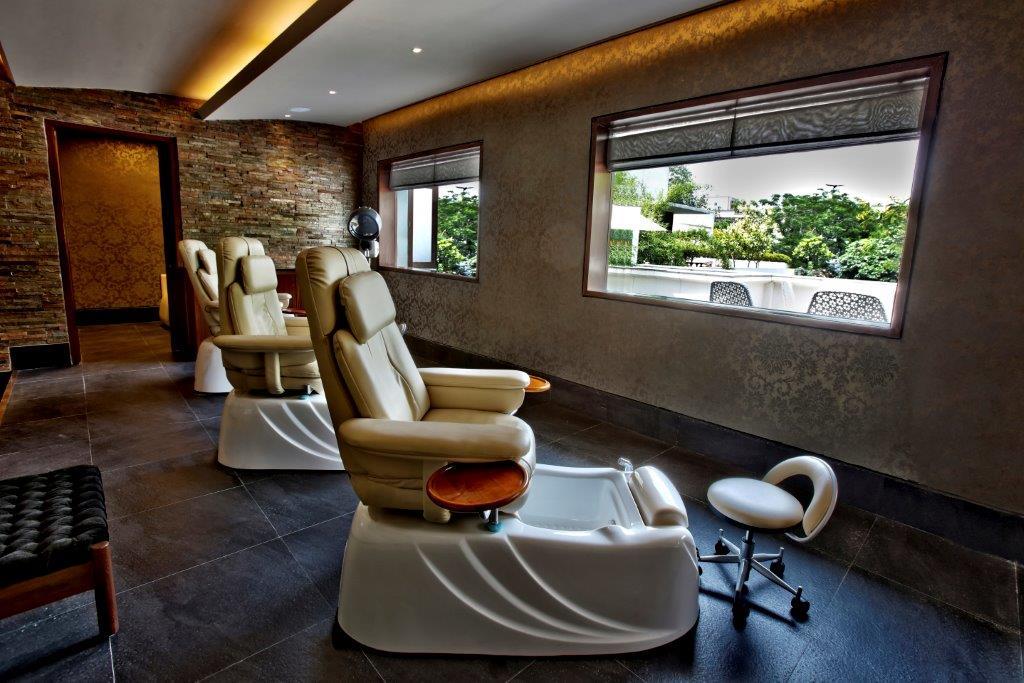Warren Tricomi Manicure & Pedicure section, at Zehen