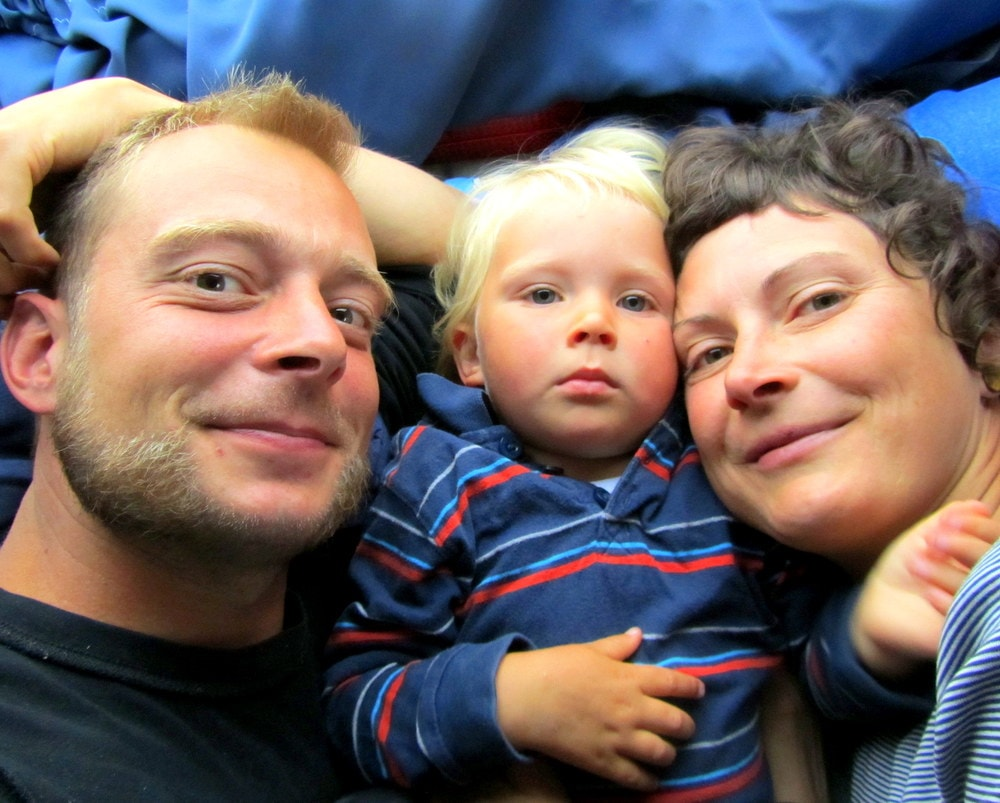 Diana & Bob   - (Aeroh Travel Kitchen)   Wir sind Aero(h) Travel Kitchen: ->Aero– der Name des Campers&roh-unsere Liebe zur mehr Rohkost ->Travel– wir reisen und leben ortsunabhängig als Familie ->Kitchen– unser Hobby Raum unsere Leidenschaft. Wir glauben an eine Welt, in der Menschen Ihren Herzen folgen, aus den vollen Kräften der Natur schöpfen. Denn unsere Nahrung istam Besten wenn sie wie unser Leben -wild und frei ist. Wir lieben es unterwegs zu sein und geben dir hier die Möglichkeit an unserer rollenden Tafel Platz zu nehmen.  Du lebst nur einmal auf diesem Planeten.