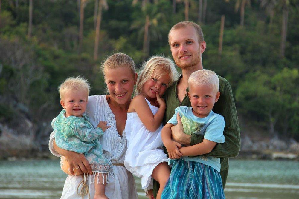 Bianca & Gerald Schittenhelm - (Roadfamily)   Wir sind eine fünfköpfige moderne Nomaden-Familie und wir reisen um die Welt. Wir reduzieren bis zum Minimalismus, leben vegan und unsere Kinder werden nicht zur Schule gehen.  Wir sind eine ganz normale Familie mit drei kleinen Kindern. Und wir haben beschlossen, zu reisen. Das ist kein Urlaub, sondern unser Leben. Unsere Kinder werden nicht zur Schule gehen, wir ernähren uns vegan, und praktizieren aktiv Konsumverzicht so gut es geht. Auf unserer Reise werden wir mit unzähligen Menschen sprechen und planen später Coaching und Veranstaltungen anzubieten.