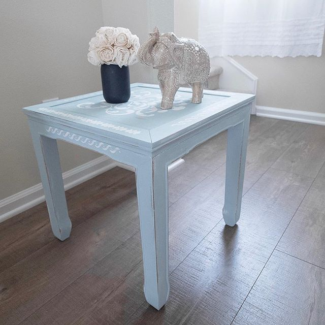 The completed stenciled end table 😍 I love the color and how it perfectly matches the decor! How-to on the blog—link in bio!