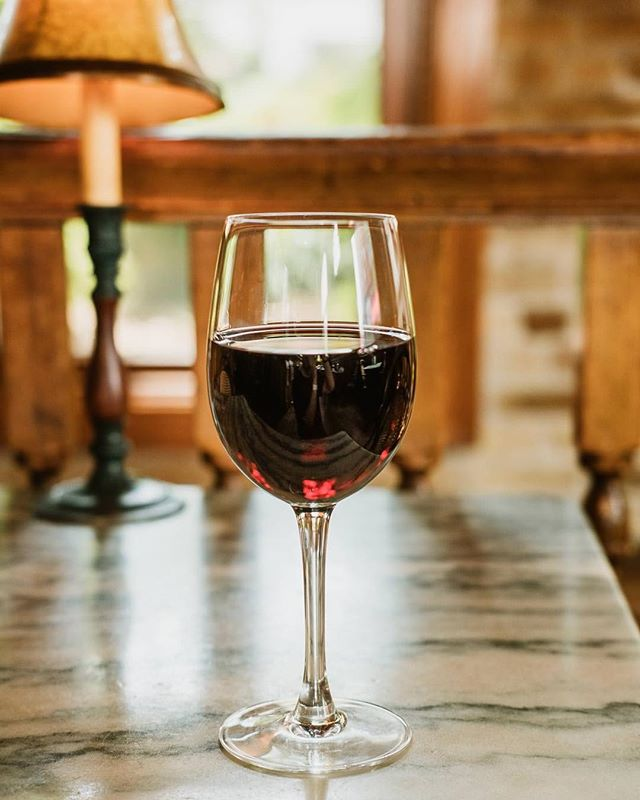 We know that red wine is red because it's fermented with its skin on, but did you know that grape skin is also FULL of natural antioxidants? Who said you can't have your glass of red wine and drink it too? 🍷 cheers!