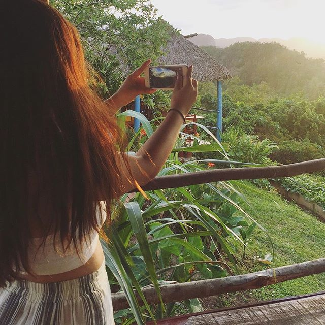Caravaner Mahsa capturing a sunset over the gorgeous valley in Vinales, Cuba. After the sunset we all gathered to enjoy a local feast made from freshly picked vegetables straight from the farm that's pictured here 🌅 🥕🍴