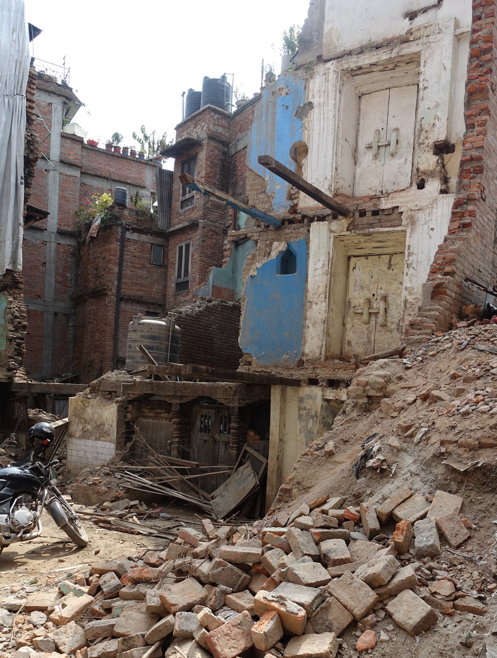A much more obvious collapse, waiting for reconstruction