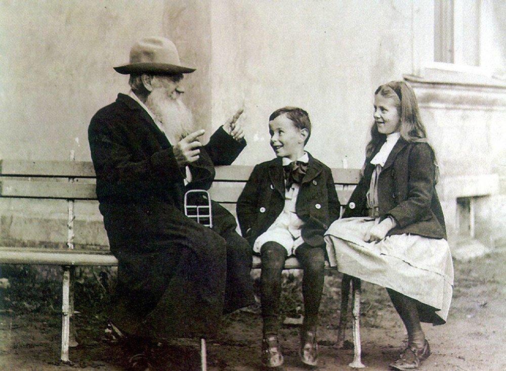 Lev Tolstói con sus nietos, que adoraban al abuelo por las historias que solía contarles.