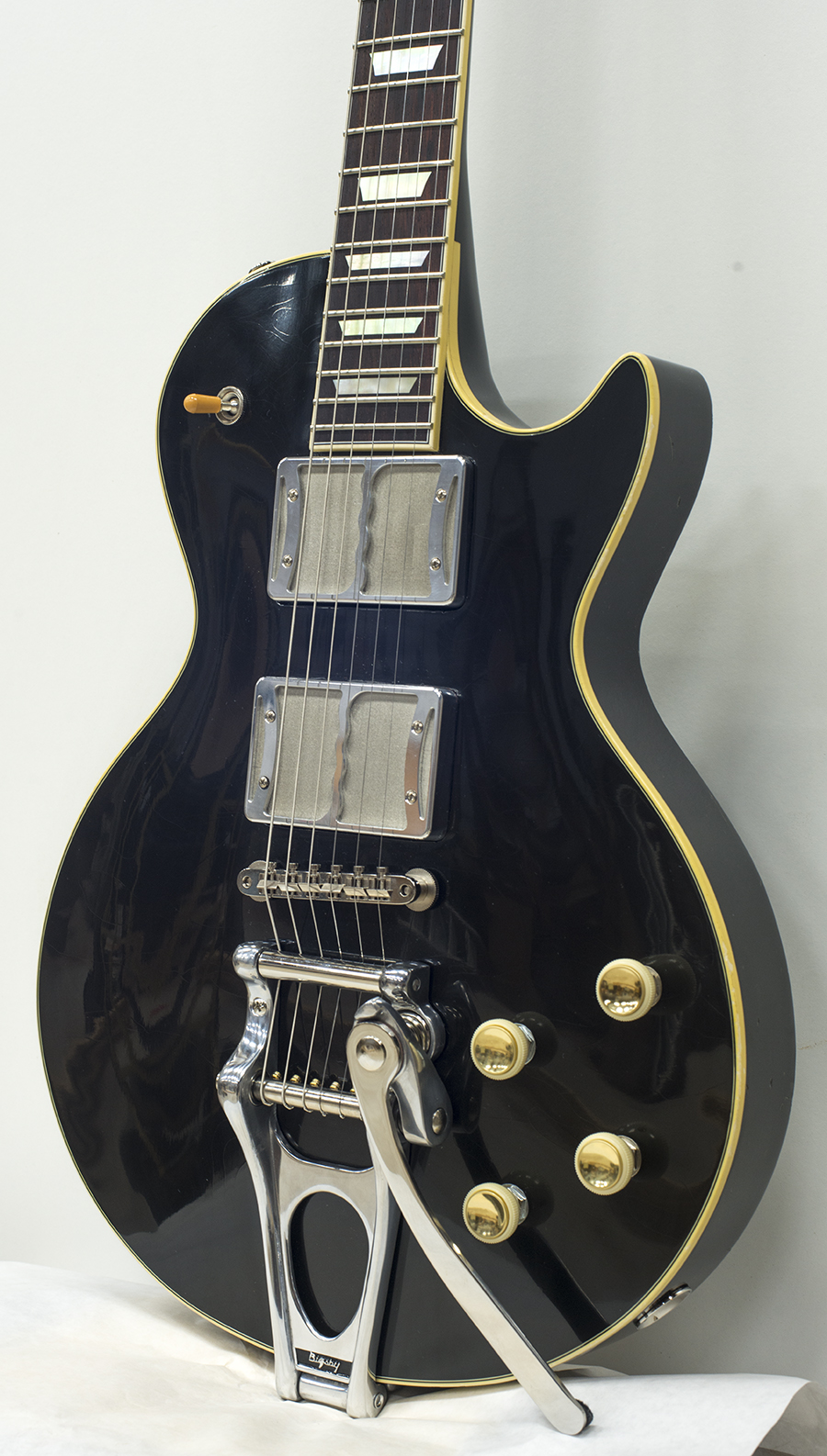 Ronin PalusMourn finished in Black with a Bigsby® Vibrolo