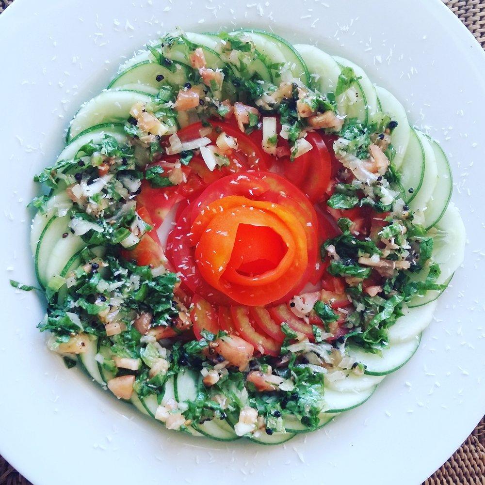 veganes Carpaccio von Gurke und Tomate.jpg