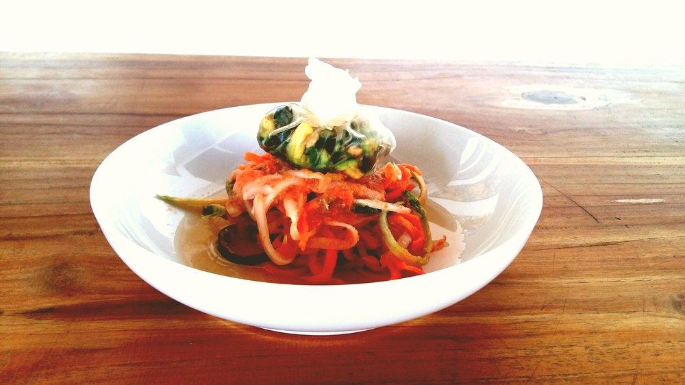 Gemüsespaghetti mit Kräutersäckchen-Rohkost.jpg