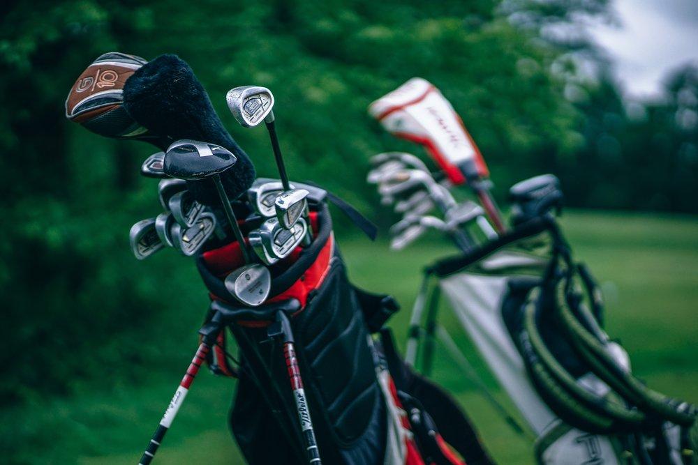 Boka tid idag - Golfbanan med 18 hål och par 71 tilltalar både golfare med lägre eller högre handikapp. Banan innehåller naturliga och konstgjorda vattenhinder, upphöjda utslag och noggrant placerade sand och gräsbunkrar.FÖR BOKNING RING:+46 (0)16 39 51 60