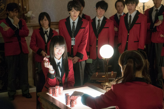 Yumeko gambles against Mary in the variant rock-paper-scissors card game while Ryota and the class watch.