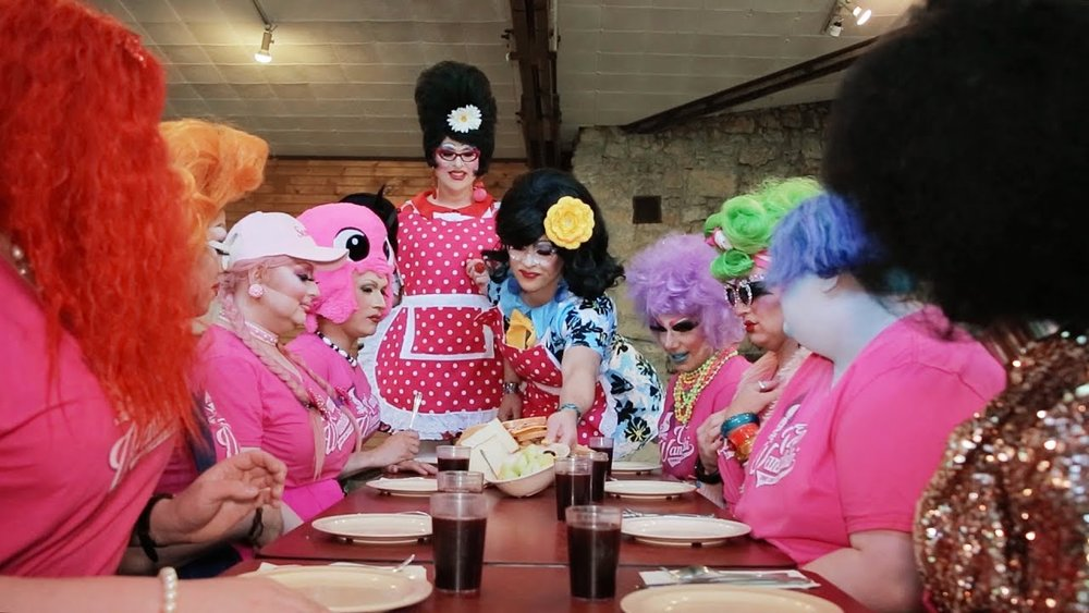 The Sugarbaker Twins serve up lunch to the contestants in the second episode of  Camp Wannakiki .