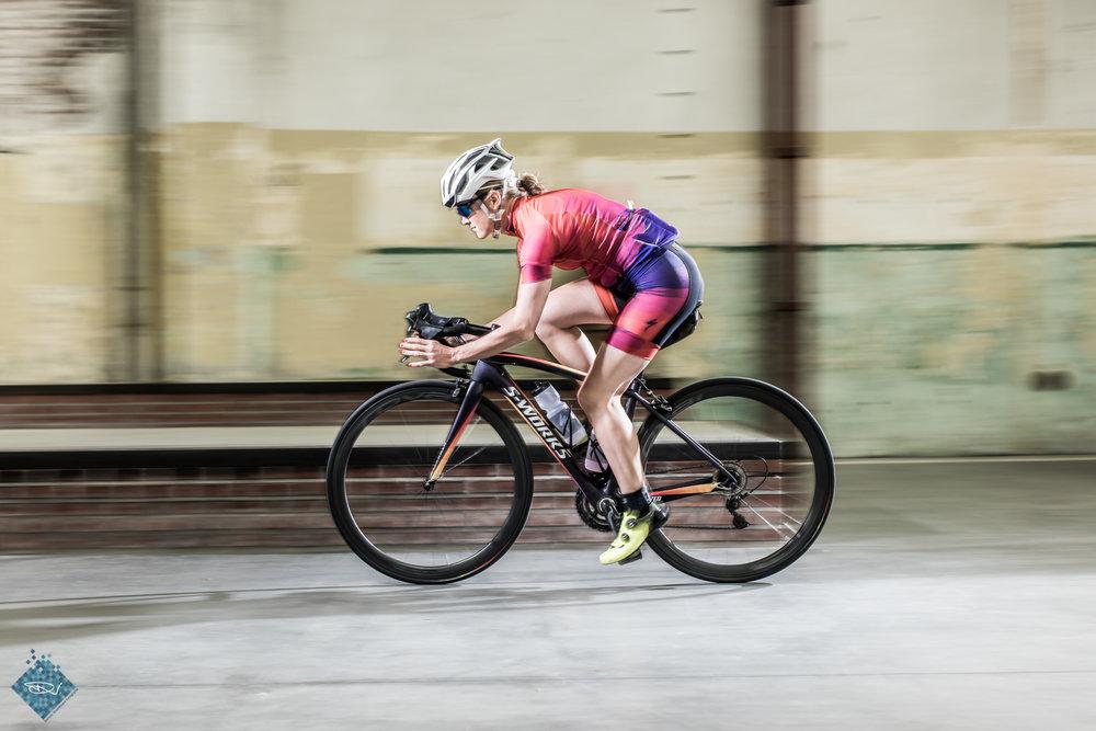 Om wat bewegende beelden te krijgen heb ik de fietsers tussen eenzelfde lichtopstelling laten rijden. Door met mijn camera mee te bewegen met de rijder(s) en op 1/30 of 1/60 (ongeveer) van een sluitertijd te schieten krijg ik toch de snelheid in het beeld.