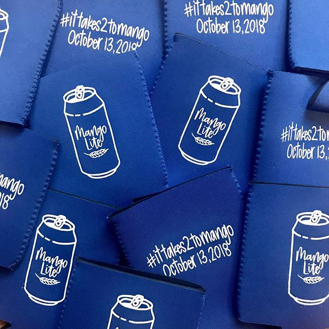 Happy Sunday fun day! These custom designed wedding koozies were for a family I simply adore!💙 I love being able to create  fun, custom pieces! #sundayfunday #mangolite #customkoozies #weddingdetails #lifeloveandlettering #handlettering #lettering #letteringleague #letteringcommunity #moderncalligraphy #moderncalligraphysummit #calligrabasics #communityovercompetition #chicagoartist #chicagocalligrapher #chicagoletteringartist #brushlettering #risingtidesociety  #ittakes2tomango