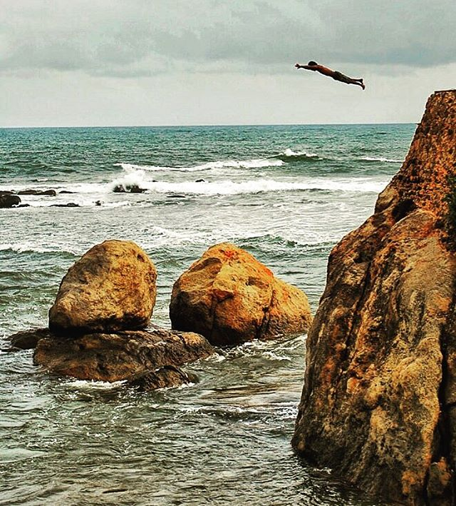 Cliff diving at Galle - Sri Lanka #srilanka #cliffjumping #travelpics #journeysbydesign #jbd #adventureawaits 📸 by @jase_harwood