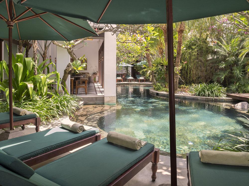 09-Villa Batavia - Poolside sun loungers.jpg