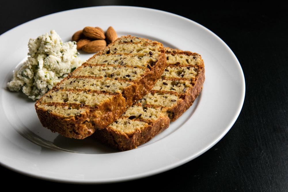 Pão sem glúten com queijo de amêndoas