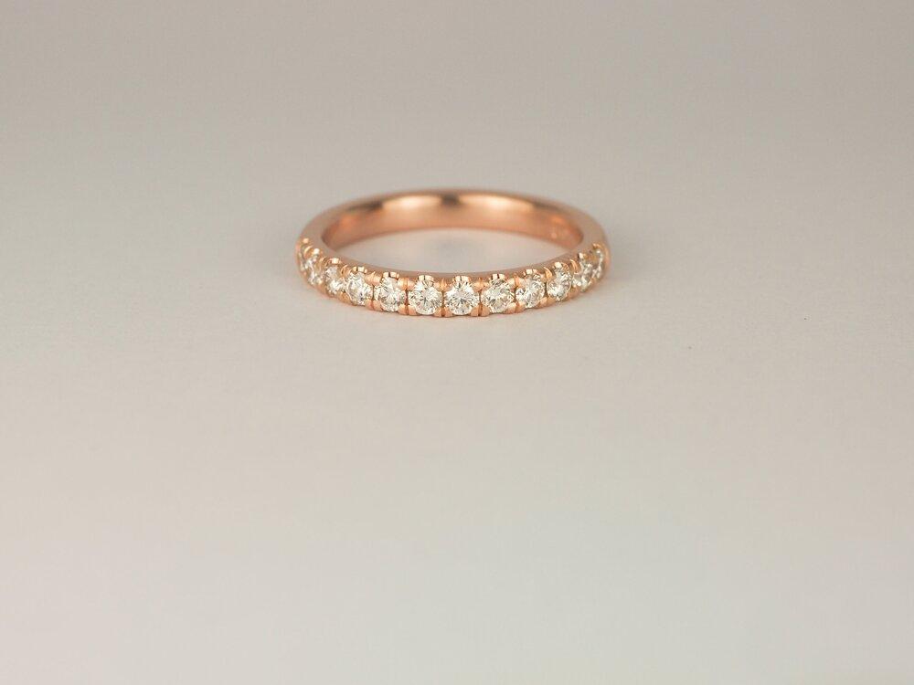 Band of diamonds microset in rose gold