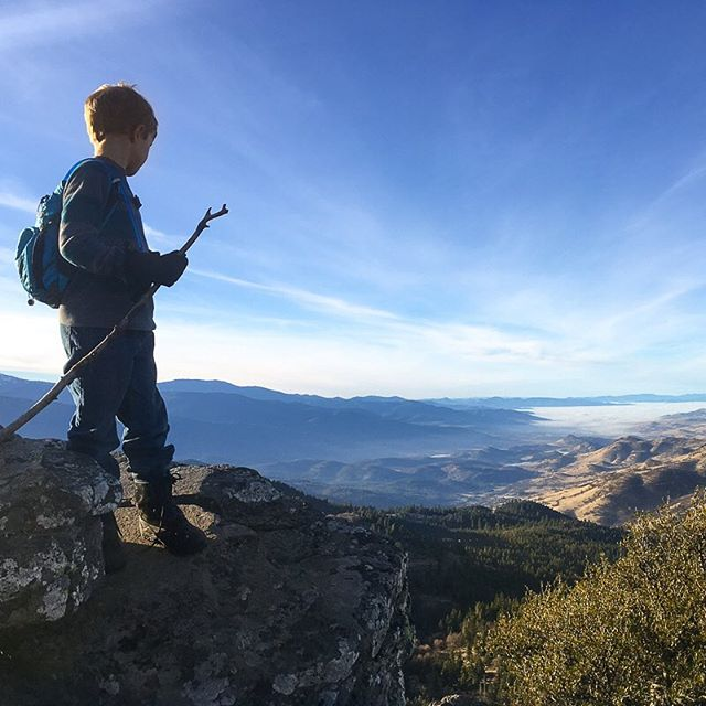 Looking out over the place we call home from Hobart Bluff. A fabulous near-360 awaits all who make the climb. • • • • • • #exploregon #hobartbluff #kidswhohike #pnwonderland #southernoregonia #vista #oregon #ashland