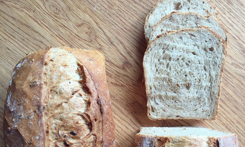 An Introduction  Starting from the real basics you'll make a farmhouse loaf, seeded rolls, plaits, knots, pitas, fruit and nut bloomers, and soda bread.