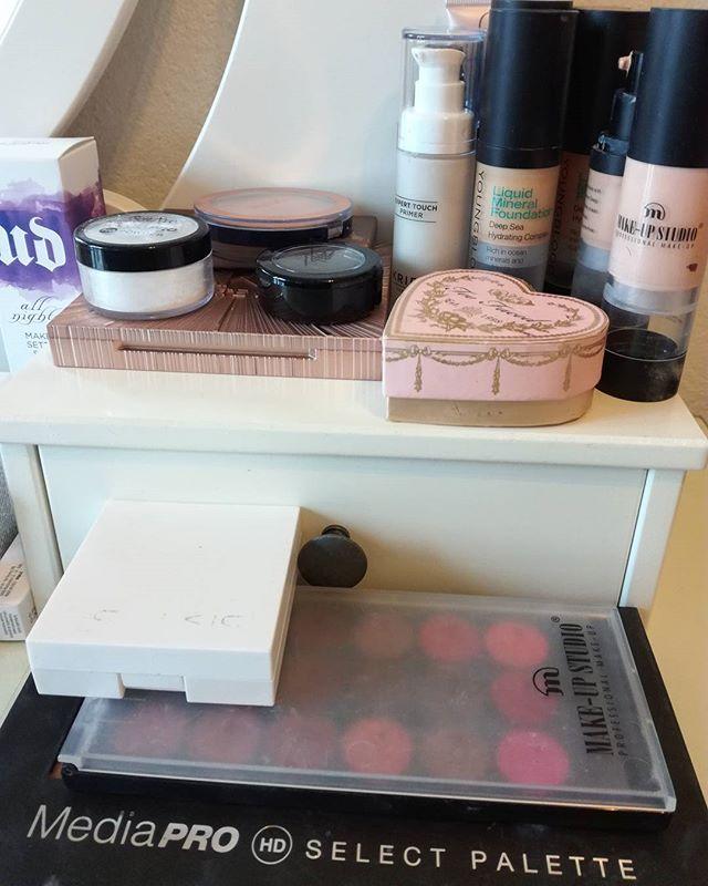 Valmiina huomiseen Muutosleikiin ☺ minä ja kaikki mun ihanat purkit 😅 #ninka #ninkadesign #makeup #muutosleikki #kampaus