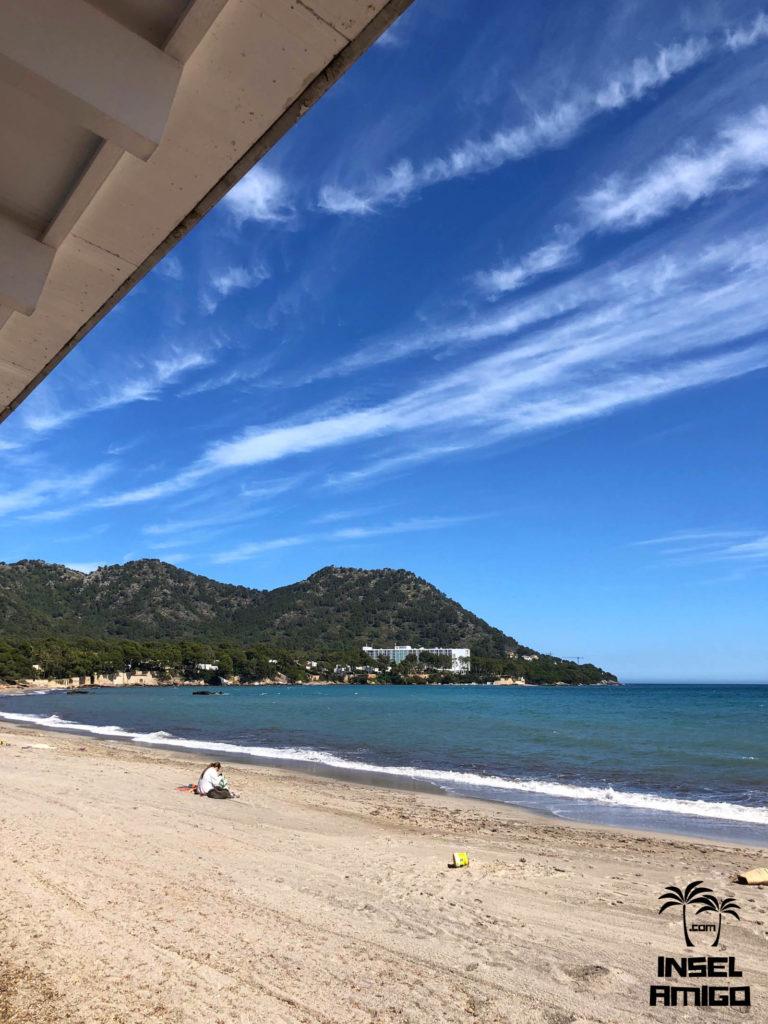 Blick von der Bar Playa auf den links liegenden Hügel