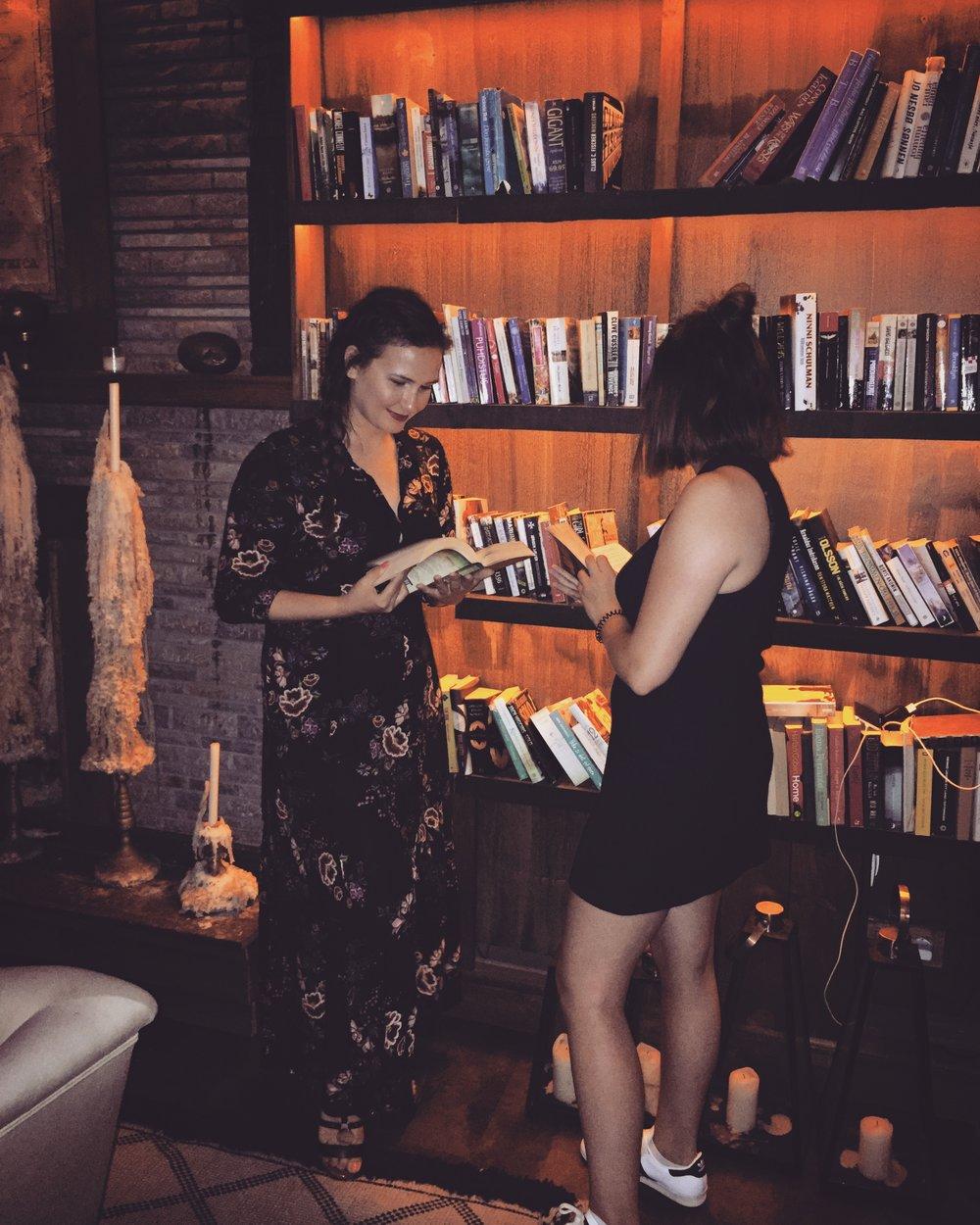 Aylin und Marie haben sich 2016 durch die Leidenschaft zu Büchern kennengelernt und sich seitdem bereits stundenlang bei Kaffee &Wein ausgetauscht ...