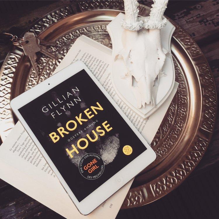Gillian Flynn – Broken House  Eine schreckliche und gleichzeitig brillante Kurzgeschichte über eine Frau die mit Wahrsagerei und sexuellen Dienstleistungen ihr Geld verdient und die sich um einen Hausgeist kümmern soll, der sich als etwas anderes entpuppt.