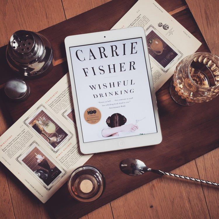 Carrie Fisher - Wishful Drinking  Schonungslos ehrlich und unnachahmlich sarkastisch ist die Autobiografie von Star-Wars-Legende Carrie Fisher, über ihre bizarre Kindheit zwischen berühmten Eltern, Schneckenfrisuren, Hollywood-Glamour, Depressionen und Drogen.