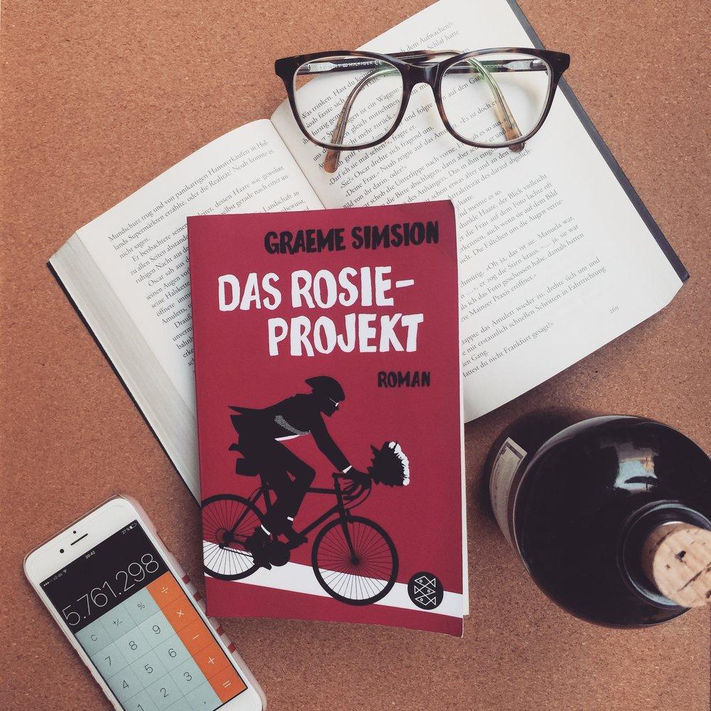 Belletristik    Graeme Simsion – Das Rosie-Projekt   Ein urkomischer Liebesroman, der einen lautstark zum Lachen bringt, über Wissenschaftler Don Tillman, der menschliche Beziehungen oft höchst verwirrend findet und der nun auf der Suche nach der geeignetsten Frau ist.
