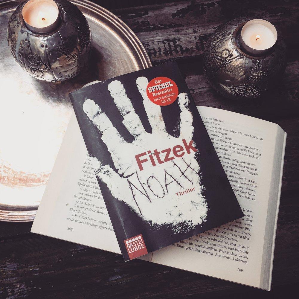Sebastian Fitzek – Noah  Er kennt seinen Namen nicht. Er hat keine Ahnung, woher er kommt. Er kann sich nicht erinnern, warum er in Berlin ist, seit wann er hier auf der Straße lebt.Etwas anders, als die bisherigen Thriller von Fitzek, aber ein Buch, was zum Nachdenken anregt.