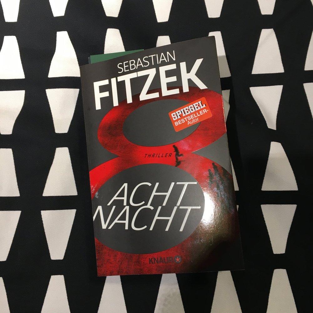 """Krimi/Thriller    Sebastian Fitzek - AchtNacht   In der """"AchtNacht"""", am 8. 8. eines jeden Jahres, wird ein Name gezogen. Der Auserwählte ist eine AchtNacht lang geächtet, vogelfrei. Beeindruckend und erschreckende Geschichte. Für Fitzek-Fans ein Lesemuss!"""