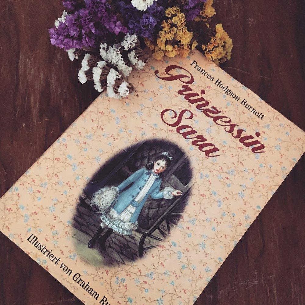 Belletristik    Frances H.Burnett - Prinzessin Sara   Prinzessin Sara ist Maries Lieblingsbuch aus der Kindheit. Neben wunderschönen Illustrationen ist die Geschichte selbst ein wahres Schmuckstück. In ihr verbergen sich viele Facetten und schöne Gedanken. Perfekte Lektüre zum Vorlesen.