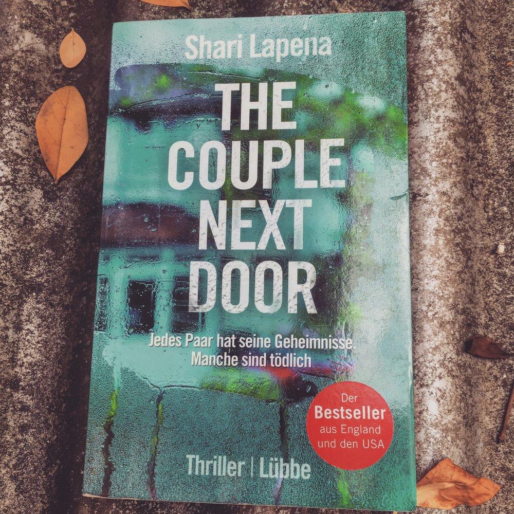 """Krimi/Thriller    Shari Lapena - The Couple Next Door   Die Nachbarn laden zur Dinnerparty ein, das Baby schläft neben, du schaust zwischendurch nach der Kleinen. Zurück daheim beginnt der Alptraum - die Wiege ist leer. Ein packender Thriller für Fans von """"Girl on the Train""""!"""
