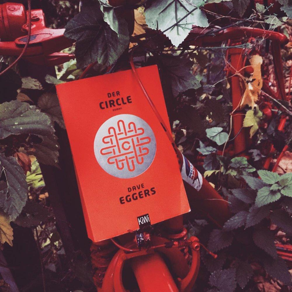 Belletristik    Dave Eggers - Der Circle   Ein spannender Roman am Puls der Zeit.Ist es unsozial, wenn man Gedanken, Ideen oder Erfahrungen nicht mit der Community teilt oder schafft man hierdurch nur eine Welt mit ständigen Tageslicht? Lesenswert!