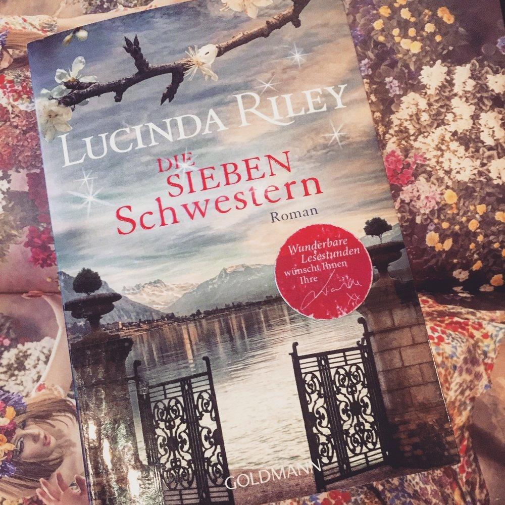Belletristik     L     ucinda Riley - Die sieben Schwestern   Als ihr Vater überraschend stirbt, hinterlässt er jeder seiner Töchter einen Hinweis auf ihre Vergangenheit – und Maia fasst zum ersten Mal den Mut, das Rätsel zu lösen, an dem sie nie zu rühren wagte. Ein schönes Buch für laue Sommertage!