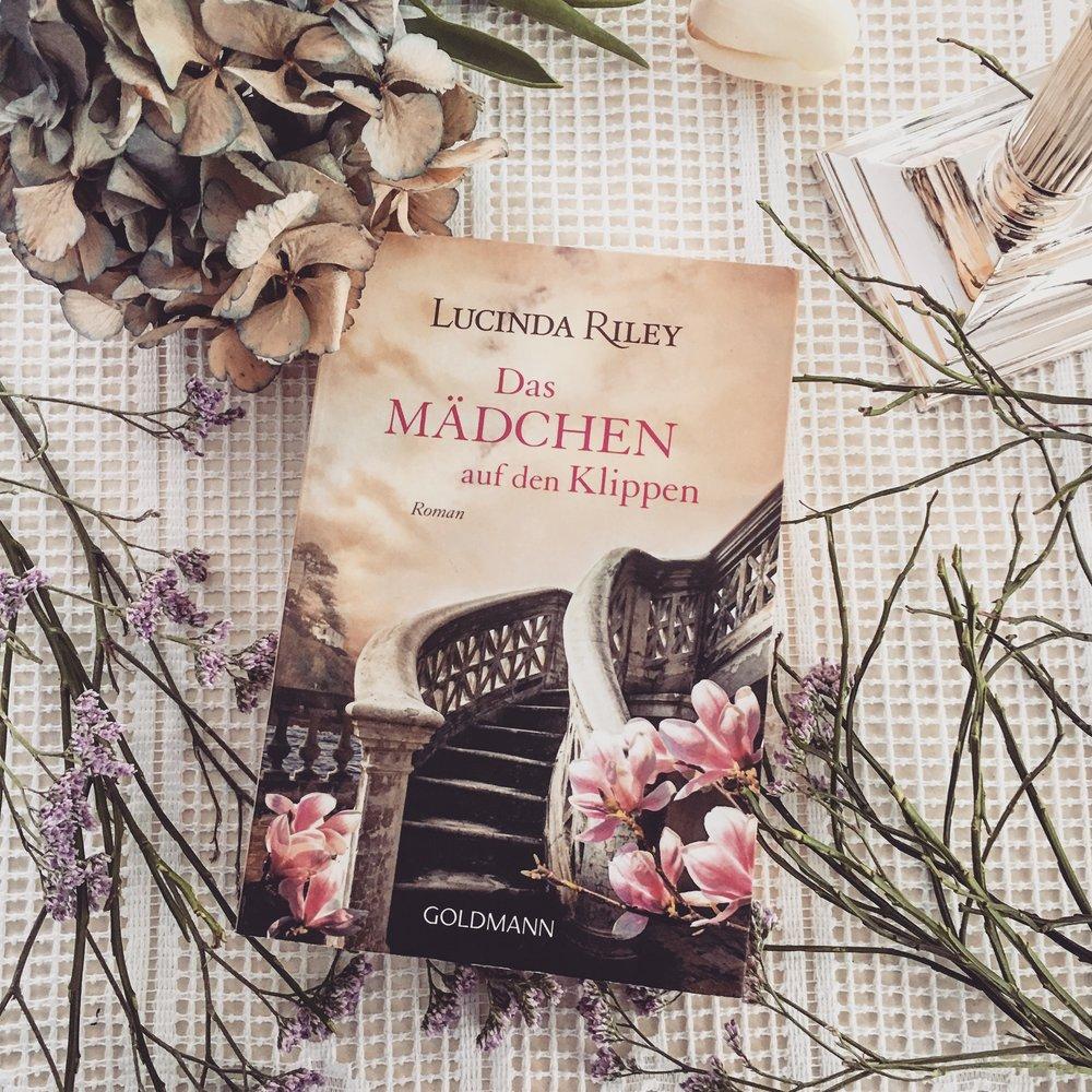 Belletristik     L     ucinda Riley - Das Mädchen von den Klippen   Ein Haus an den Klippen. Eine schicksalhafte Liebe. Ein Mädchen auf der Suche nach seiner Mutter.Wer aber absoluten Kitsch und Harmonieüberzug liebt, wird auch dieses Buch lieben.