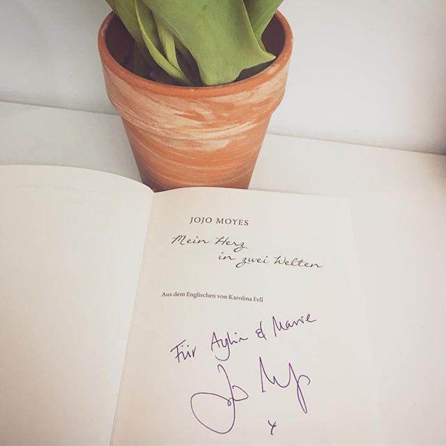Gestern waren wir auf der lit.cologne und dürften @Jojo moyesofficial kennen lernen. Eine sehr sympathische, humorvolle und zugleich bodenständige Frau. Und wie man ein Buch plötzlich anders sieht, wenn man auch mehr vom Autor kennengelernt hat. Könnt ihr weitere Bücher von ihr empfehlen? Ein weiteres Highlight des Abends war übrigens auch Milena Karas, die mit ihrer bezaubernden Stimme aus «Mein Herz in zwei Welten» vorgelesen hat. Ein wirklich gelungener Abend! ♥️ ~ ~ ~ ~ #bookstagram #somethoughtsonbooks #instabook #bookstoread #bookblogger #booklove #jojomoyes #bücherjunkie #rowohltverlag #wunderlichverlag #buchblog #booklover #meinherzinzweiwelten #bookaddict #bücherverrückt #bookphoto #bookphotography #bücherliebe #lesen #bookish #leseliebe #reading #bookstoread #bookstagramfeature