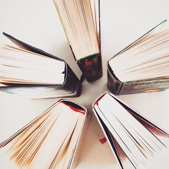 Ihr Lieben, wir hoffen ihr hattet einen tollen Start in diese sonnige Woche 🌷 bei mir herrscht aktuell noch großes Umzugschaos, aber seit Sonntag bin ich endlich wieder in meinen eigenen vier Wänden und die Suche nach dem perfekten Bücherregal geht los 😃 habt ihr Tipps? Wie sieht eure Leseecke aus? - Marie. ~ ~ ~ ~ #bookstagram #somethoughtsonbooks #instabook #bookstoread #bookblogger #booklove #leseecke #bücherjunkie #qualitytime #toomuchtoread #buchblog #booklover #frühlingsgefühle #bookaddict #bücherverrückt #bookphoto #bücherliebe #lesen #bookish #leseliebe #reading #bookstoread #bücherregal #bookstagramfeature