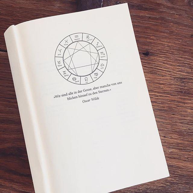 Happy Sunday! Vor kurzem habe ich den zweiten Teil von «Die sieben Schwestern» von @lucindarileyofficial gelesen. So begeistert wie beim ersten Teil war ich aber irgendwie nicht... die Rezension findet ihr auch bald auf unserem Blog 📚 welcher Teil ist euer Favorit? - Marie. ~ ~ ~ ~ #bookstagram #somethoughtsonbooks #instabook #bookstoread #bookblogger #booklove #lucindariley #sevensisters #buchempfehlung #buchblog #diesturmschwester #goldmannverlag #happysunday #bookaddict #bücherverrückt #bookphotography #bücherliebe #bookish #leseliebe #belletrist #readinglist #bücherliste