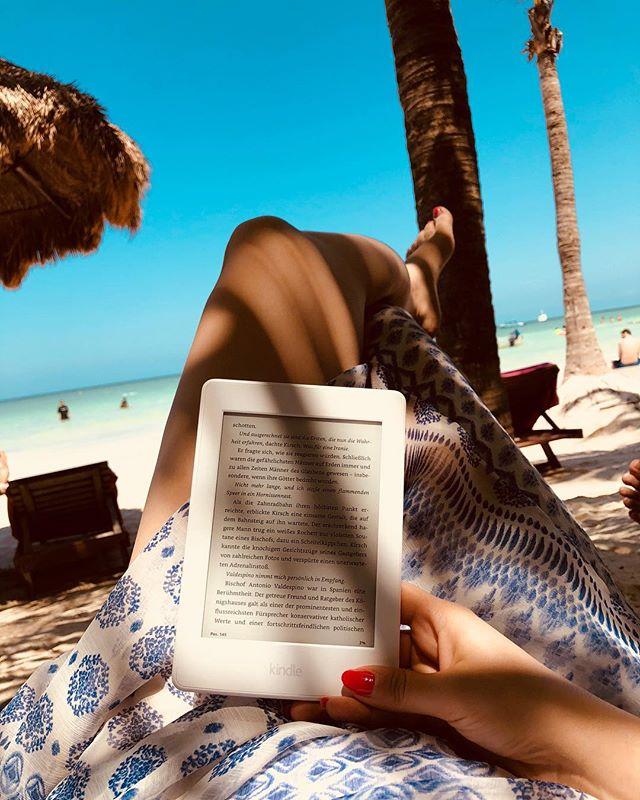 Bei diesen traumhaften Temperaturen fühlt man sich doch wie am Strand unter Palmen ☀️🏝 Okay... ich gebe zu das Bild ist nicht bei mir in Köln, sondern im Urlaub entstanden 😉. Nichtsdestotrotz verbringe ich den heutigen Tag auf den Wiesen am Rhein und lese als ob ich Urlaub hätte 🙌🏼 Ich hoffe ihr habt alle ein sommerliches Wochenende ☀️ - - - - - #bookstagram #book #booksonthebeach #instabook #bookstoread #bookblogger #bookday #bookaholic #booklove #strandlektüre #bücher #bücherwelt #bücherblog #bücherjunkie #buchnerd #bloggerin #buch #buchblog #ilovebooks #bookworm #booknerd #urlaubslektüre #bookaddict #booklover #bookclub #bücherverrückt #bücherliebhaber #kindlepaperwhite #amazonkindle #somethoughtsonbooks