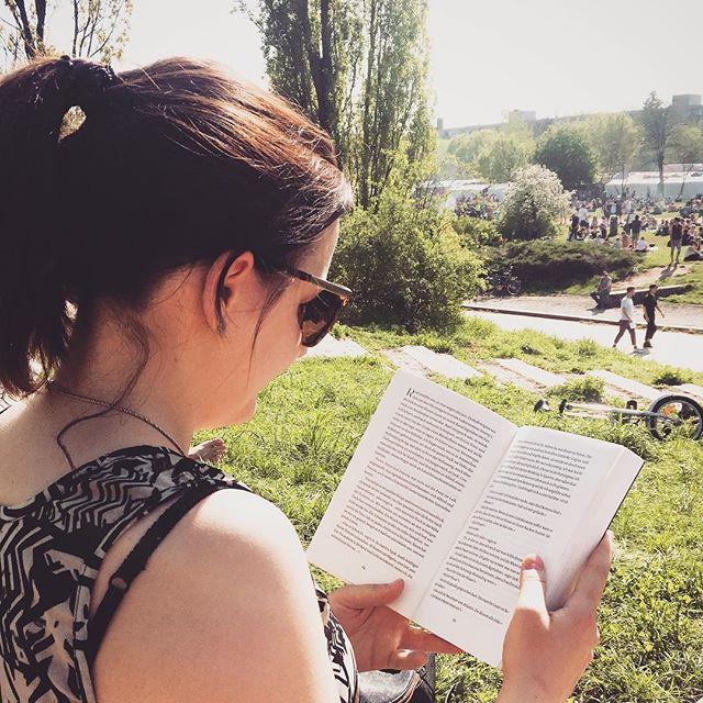 Sooooo schön war das Wetter am Wochenende 😍🌞🌻 Am Sonntag habe ich das sonnige Wetter deswegen im Mauerpark mit «Liebe findet uns» von j.p. Monninger verbracht.  Ein wundervolles Buch, das über die Liebe, Freundschaft und Entscheidungen über das Leben handelt. Ich bin gespannt wie die Geschichte ausgeht ♥️ habt ihr es schon gelesen? - Marie ~ ~ ~ ~ #bookstagram #somethoughtsonbooks #instabook #bookstoread #bookblogger #booklove #liebefindetuns #ullstein #belletrist #buchempfehlung #buchblog #booklover #happyweekend #bookaddict #bücherverrückt #bookphoto #bücherliebe #mauerpark #bookish #leseliebe #readinglist #bücherliste