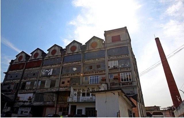 Céu azul, dia lindo para passear por aqui. Galeria de artes, lojas, ateliês, restaurante , adegas. E um mundo de histórias guardadas pelos corredores da #bhering. Até as 18h estamos abertos! #visiteabhering