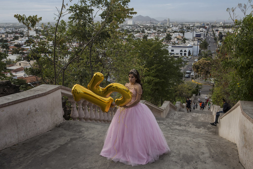 KIRSTEN LUCE  www.kirstenluce.com  |  @kirstenluce   Scenes from La Lomita overlook in Culiacan, Sinaloa. Lacey Carillo Quintera, 15, celebrates her quinceañera by taking photos with her family in February, 2018.