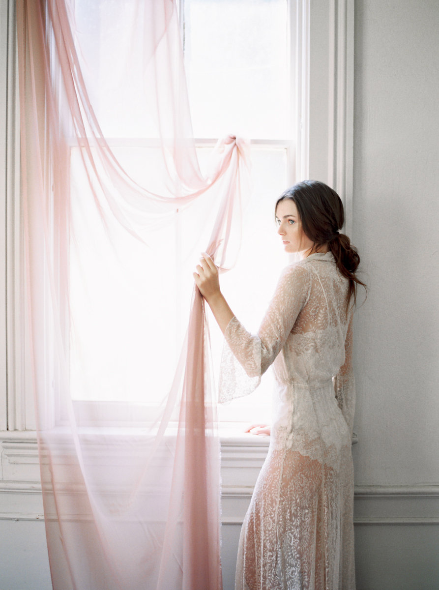 Tips for adding color to your boudoir session by #JeanieMicheel // Featured on #BoudoirCollective
